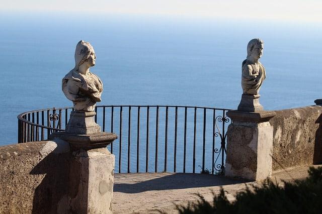 Mirante com esculturas e mar ao fundo