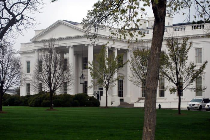 Casa Branca com jardim na frente