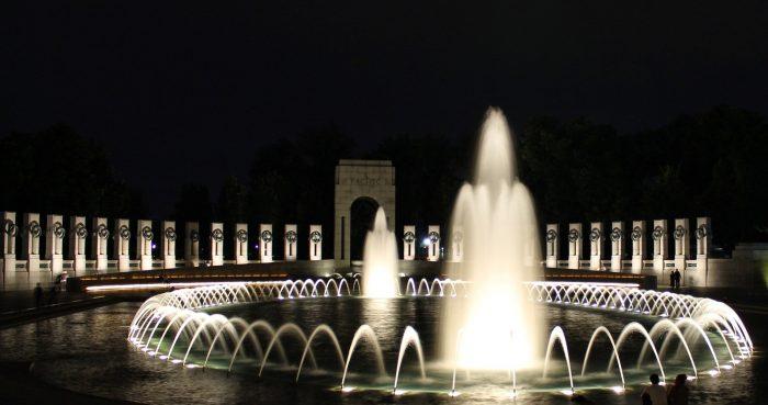 Fontes com luzes durante a noite
