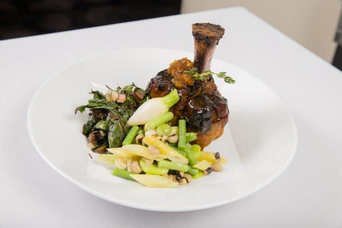 prato com vegetais e carne