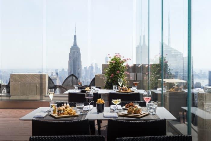 Mesa com comida de frente para o Empire State