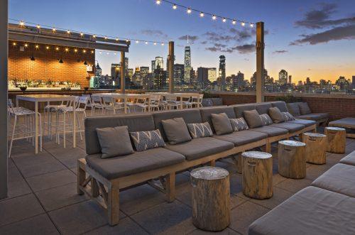 Lounge com móveis e vista panorâmica para NY