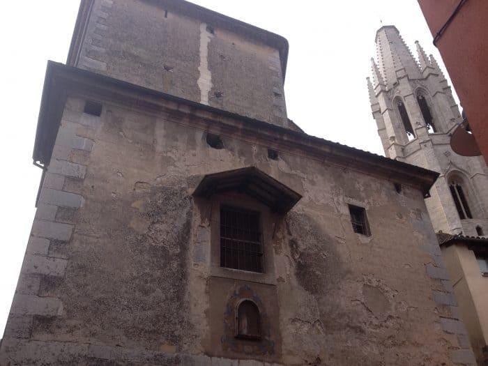 Parede lateral da parte externa da Basílica de Sant Feliu