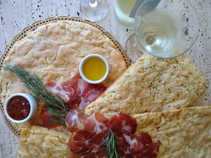 pão italiano e acompanhamentos
