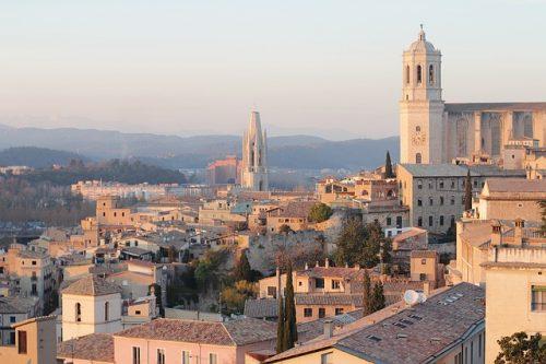 Vista panorâmica das casas com diferente arquitetura, em Girona