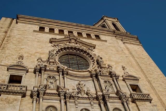 Monumentos e vitral na entrada da Catedral de Girona