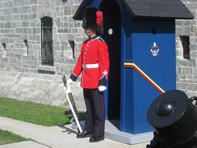 Guarda na porta de uma fortificação de pedras.