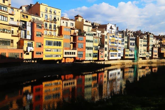 prédios coloridos refletindo na água do rio
