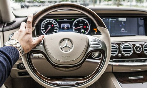 motorista dirigindo carro