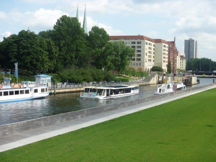 Barcos navegando em um rio de Berlim