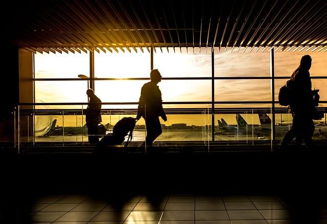 Passageiro andando no aeroporto