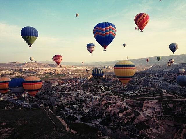 Balões coloridos no céu de Cappadocia
