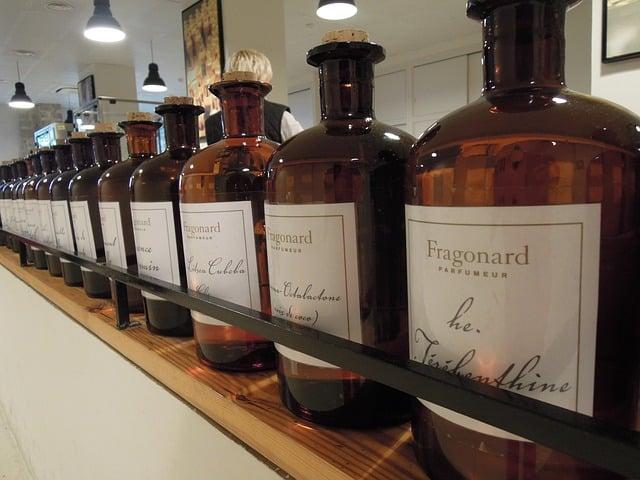 bonitos vidros de perfume alinhados em expositor