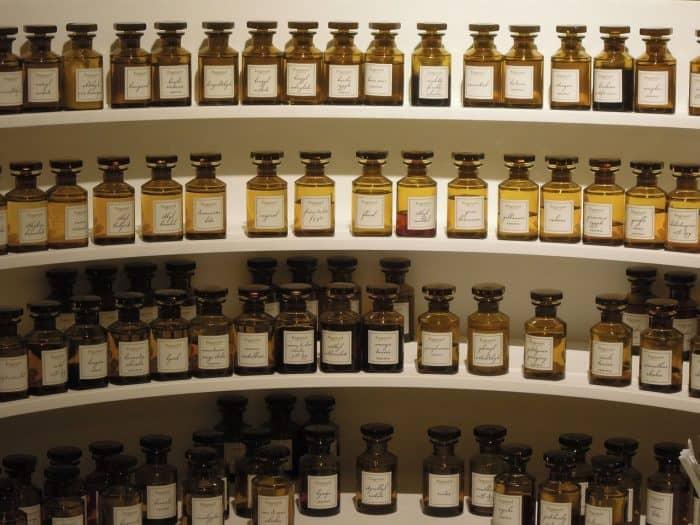 prateleiras com grandes vidros de perfume da marca Fragonard