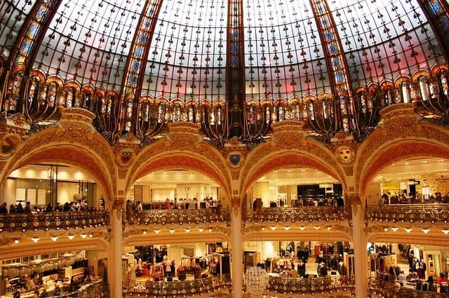 Arcos e cúpula no interior da Galeries Lafayette