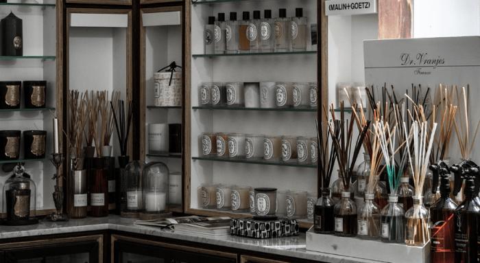 Laboratório com diversos frascos e referências de essências