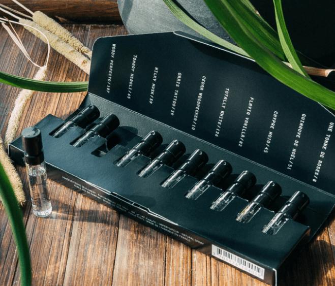 Embalagem com vários pequenos frascos de diferentes perfumes