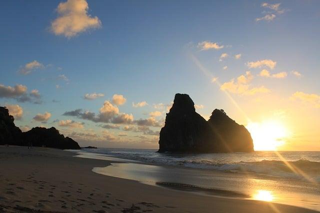 Pôr do sol em praia de Fernando de Noronha