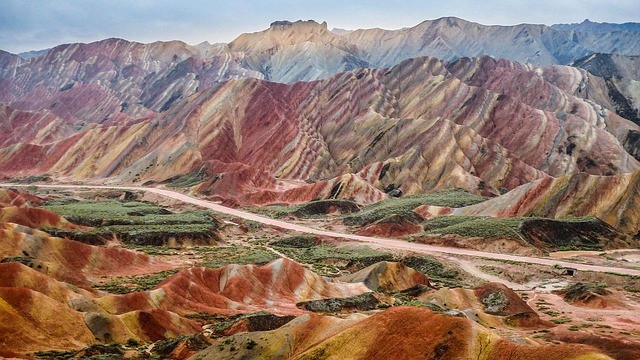 Montanhas com várias cores na China