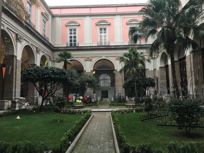 Por que visitar Nápoles: Jardim na parte interna do Museu de Nápoles