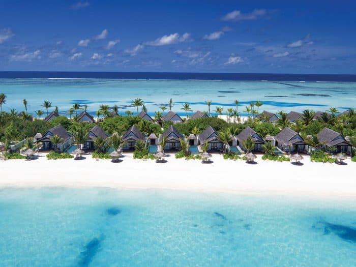 Vista do hotel Ozen em praia cercada pelo mar