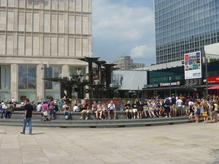 Fonte com pessoas sentadas na Alexanderplatz, em Berlim