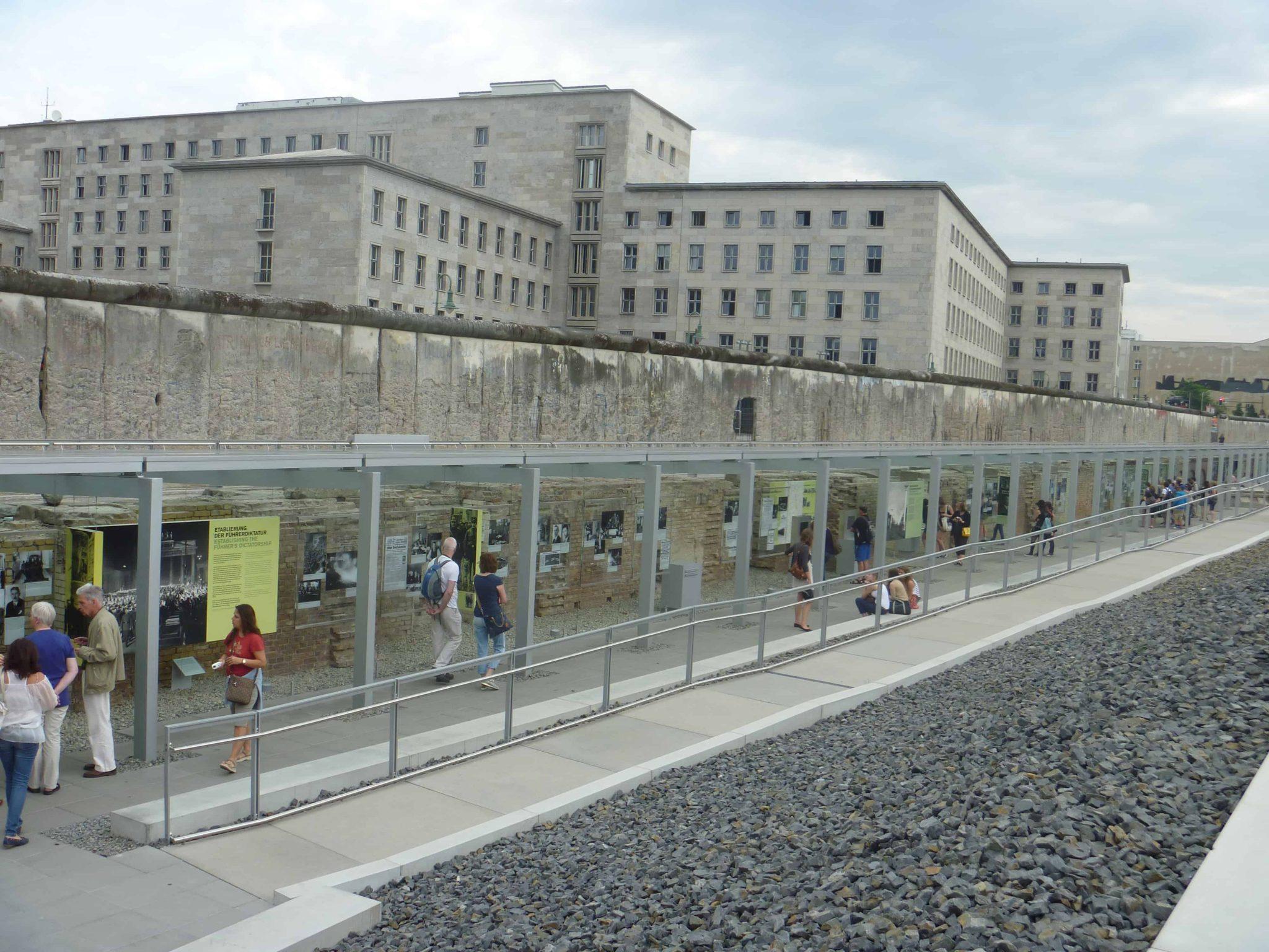 Muro com uma linha do tempo do Nazismo