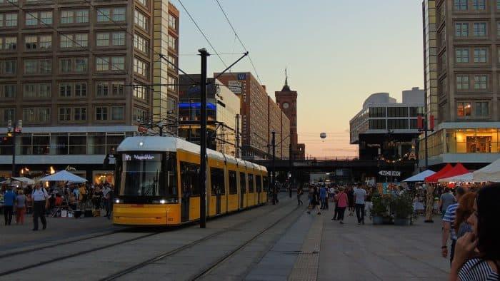 Trem de superfície passando pela Alexanderplatz, em Berlim