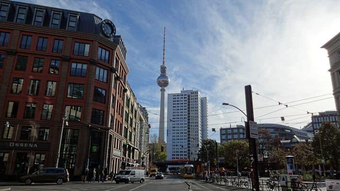 A Torre de TV entre prédios de Berlim