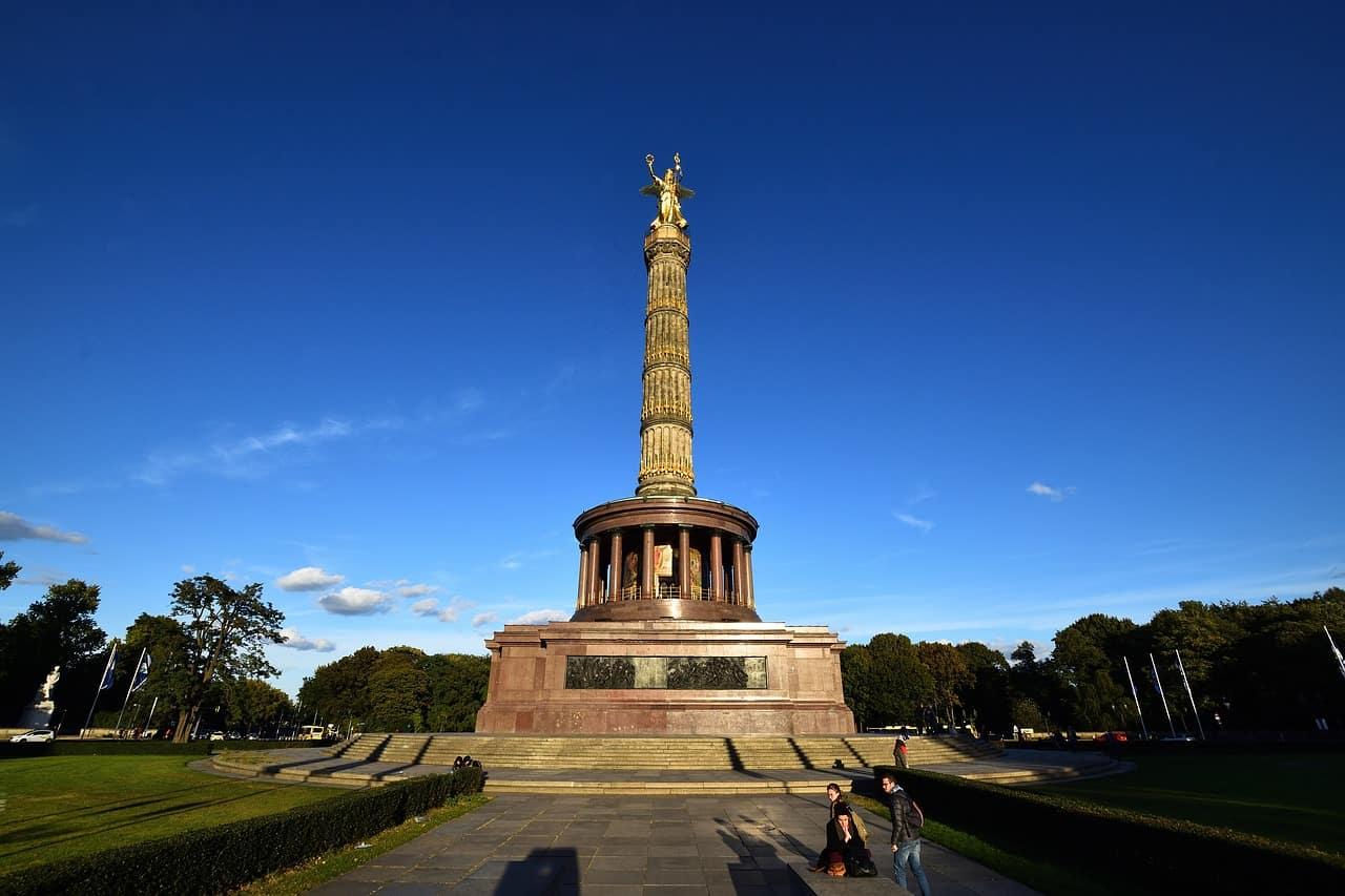 Monumento com uma deusa militar no topo