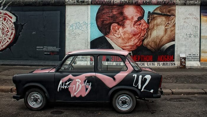 Obras pintas em parte do Muro de Berlim