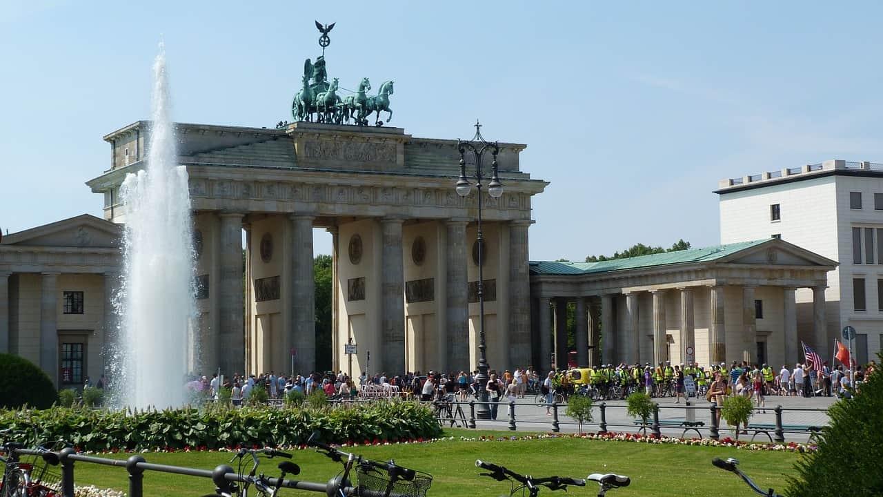 grande portão de frente para uma praça na cidade de Berlim