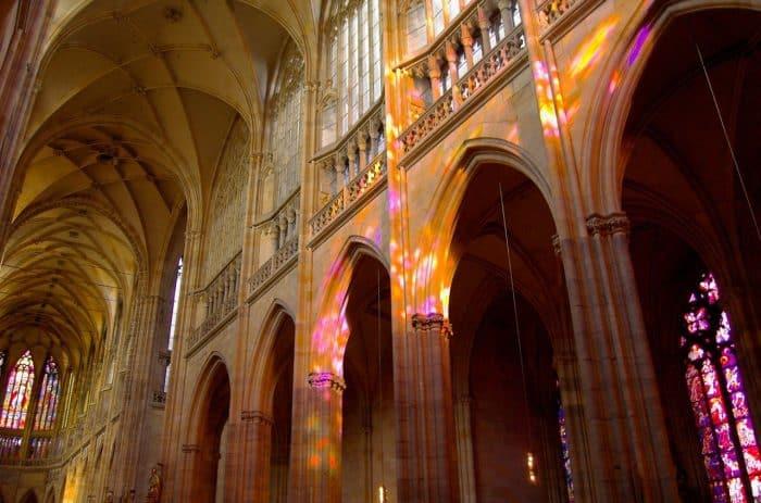 Paredes da parte interna da Catedral são de mármore