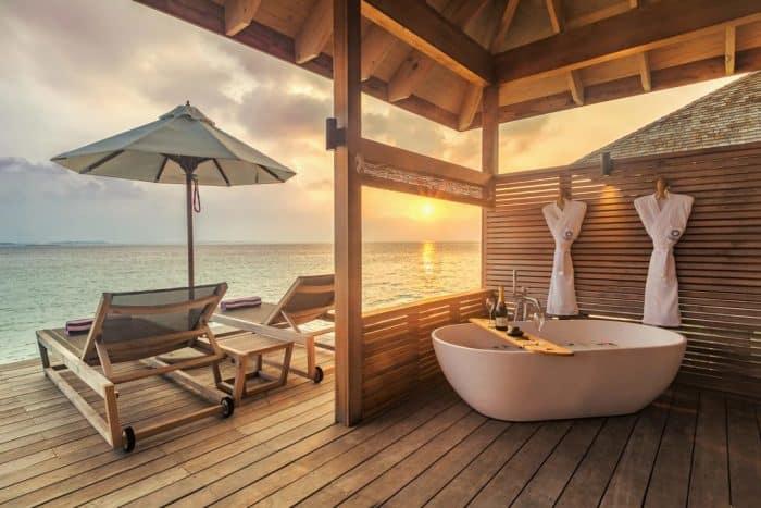 Banheira em deck de frente para o mar