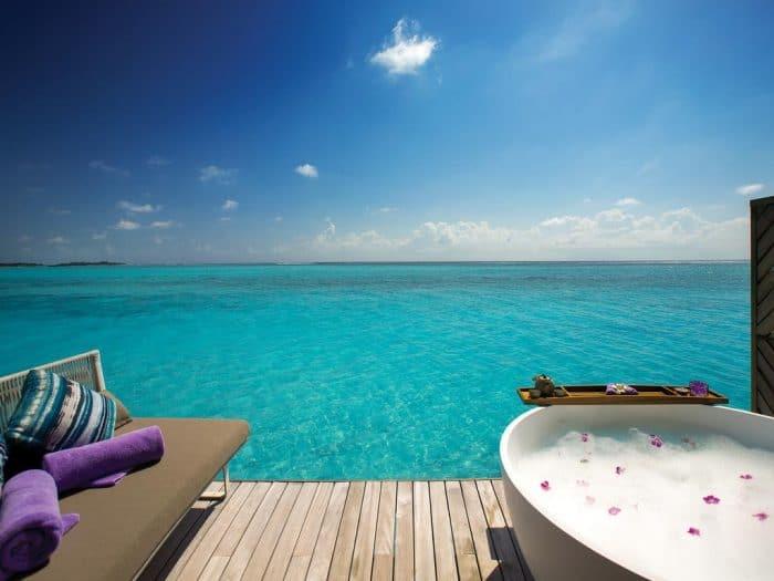 Banheira de frente para o mar azul claro das Maldivas