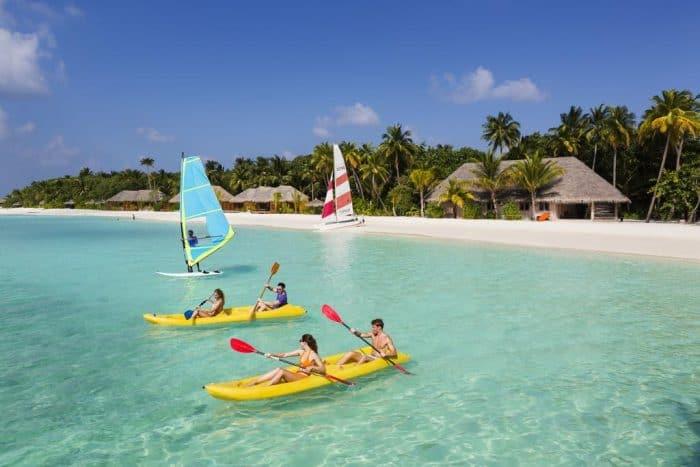 Casais praticando canoagem e vela nas Maldivas