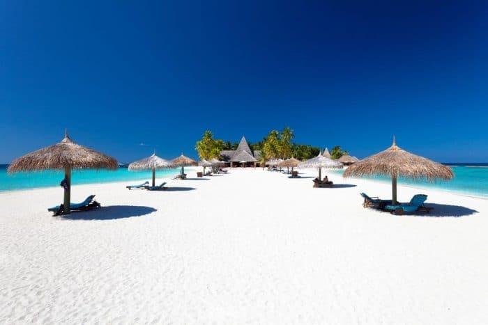 Praia com quiosques espaçados nas Maldivas