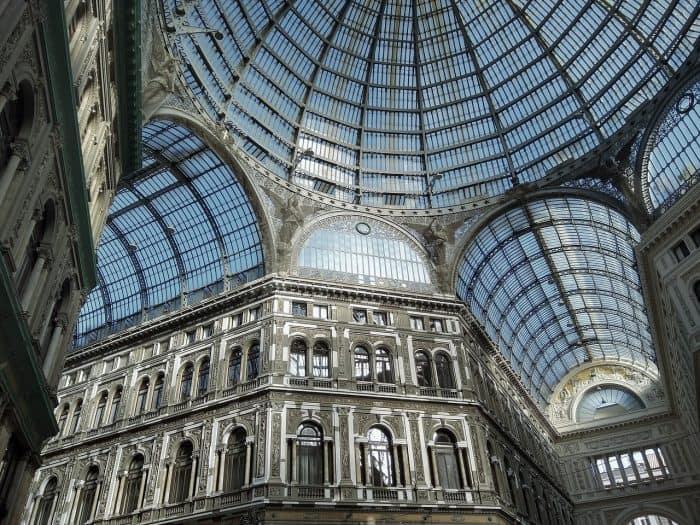 Cúpula de vidro no centro da Galeria Umberto I