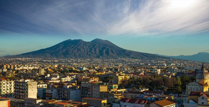 Nuvens no céu e o vulcão ao fundo da cidade de Nápoles