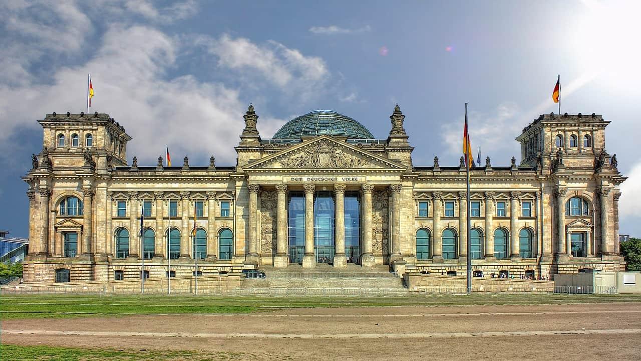 Palácio grandioso com bandeiras da Alemanha