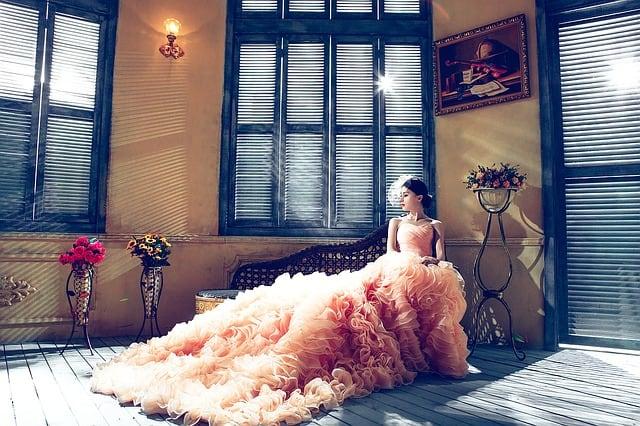 Mulher com vestido luxuoso posando para foto