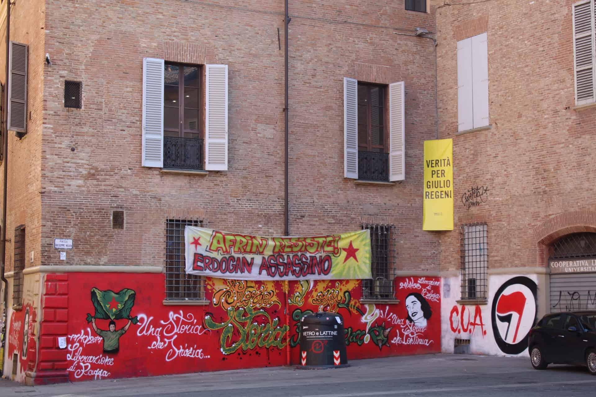 Faixas de protesto expostas em Bolonha