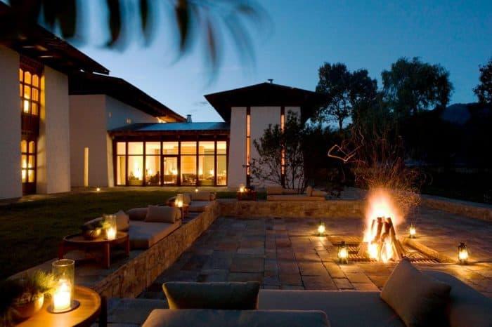 Ambiente externo confortável com lareira