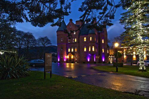 Vista noturna da área externa do Fonab Castle Hotel