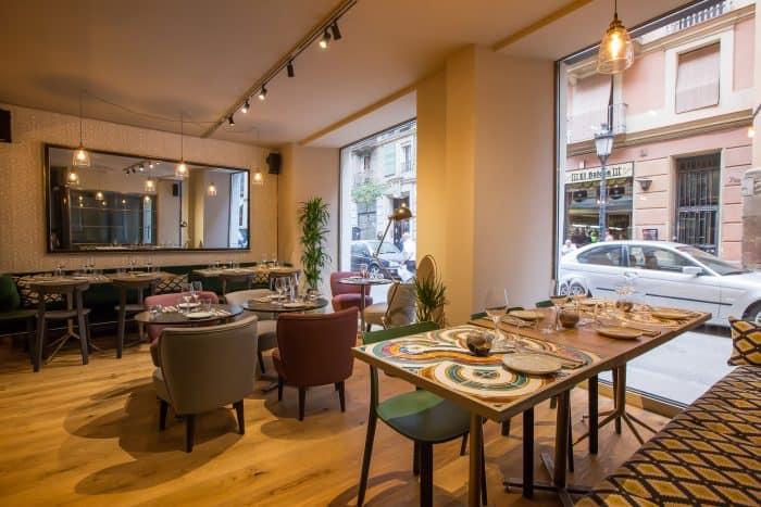 Salão do restaurante moderno e arrumado para os clientes