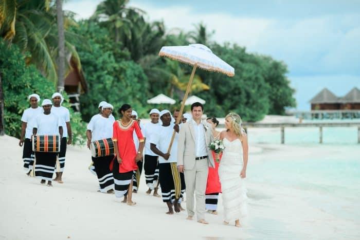 Casal casando nas Maldivas, passando pela praia