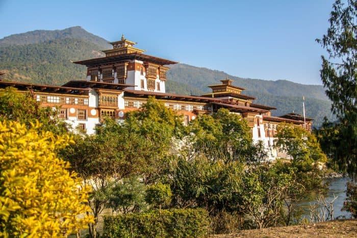 Prédios com arquitetura bonita e montanhas ao fundo