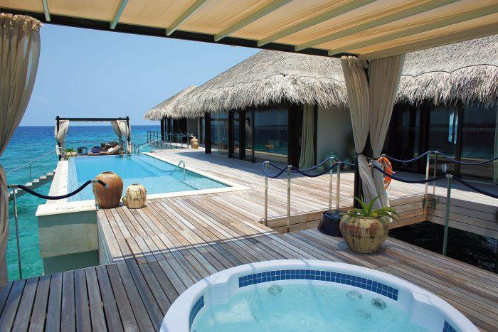 Ofurô com vista para piscina e mar das Maldivas