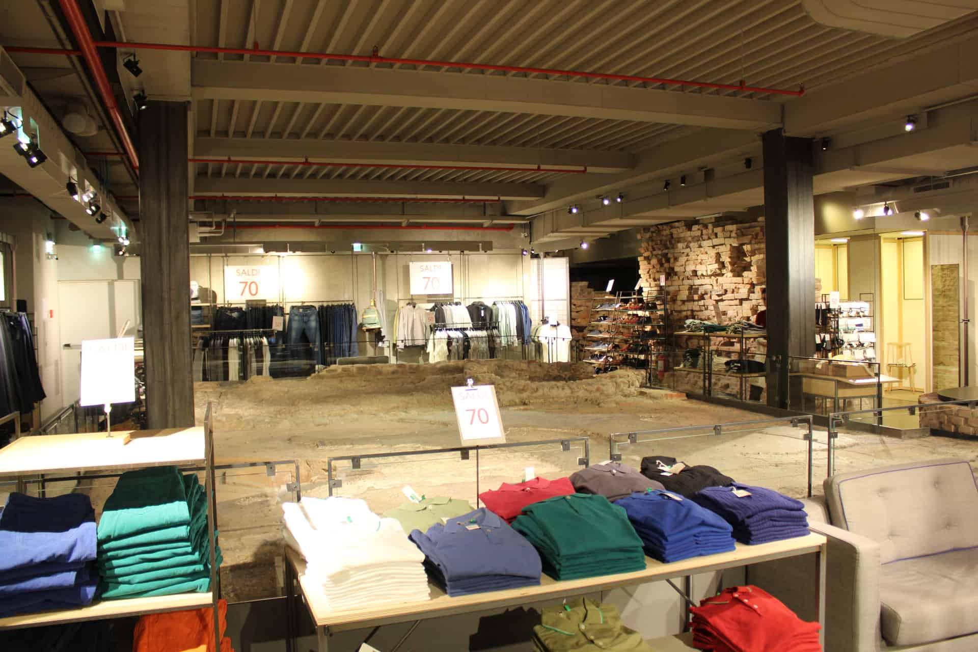 Sítio arqueológico no meio da loja da Benetton