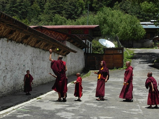 Monges em uma rua do Butão